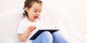 bambina che gioca con app